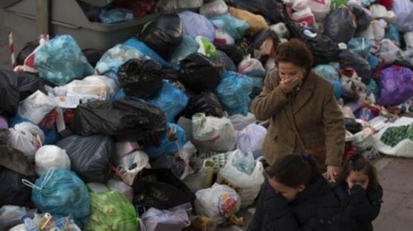 Madrid rubbish piles up in the streets