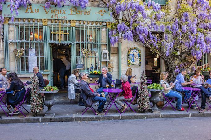 Paris restaurants move into the outdoor markets to survive the crisis