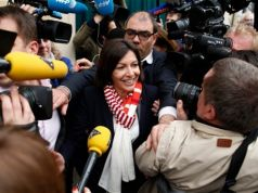 Paris votes in first woman mayor